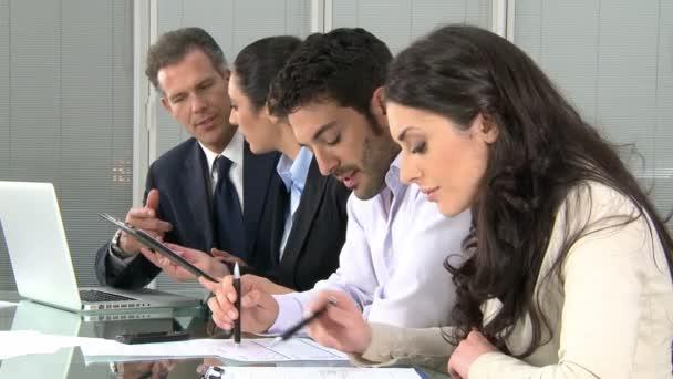 Obchodní tým v moderní kancelářské
