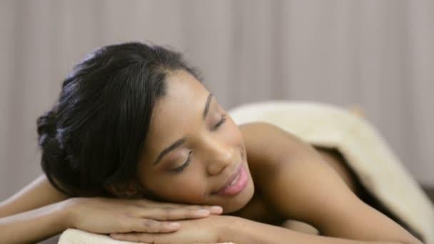 krásná žena uvolňující na masážní stůl