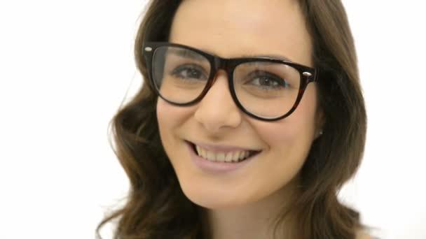 žena nosí dioptrické brýle