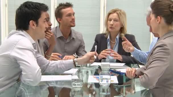 Spolupracovníci diskutovat v konferenční místnosti