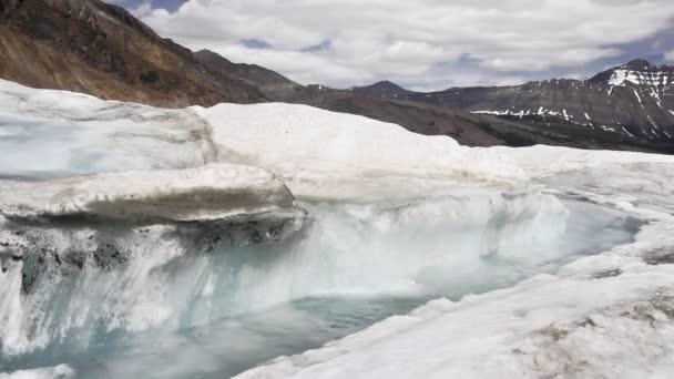 Schmelzendes Eis, das von einem Gletscher fließt