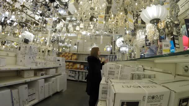 La ragazza sceglie illuminazione negozio leroy merlin u video
