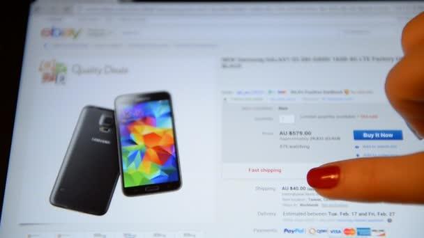 Žena s tablet dělá nákup na ebay