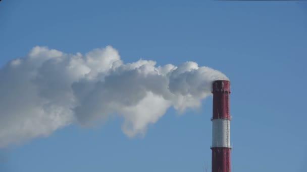 Kouř z komína teplárny. Generace, mřížka