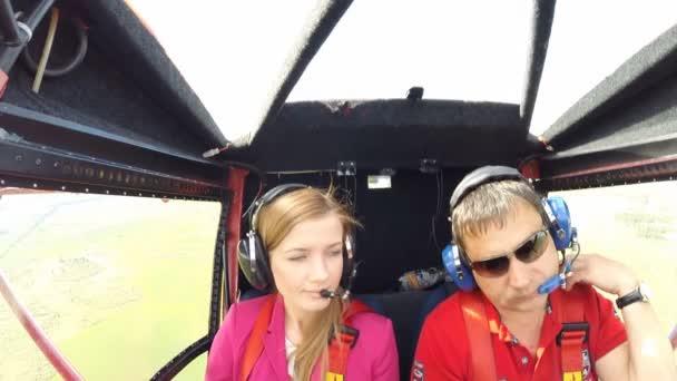 Pilot a cestující, malé letadlo. Panoramatické letu. Kamera v kokpitu