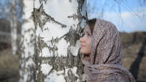 Ruská holka šátek v březový les, detail