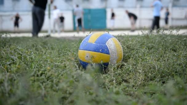 Volejbal na sportovním poli během zápasu