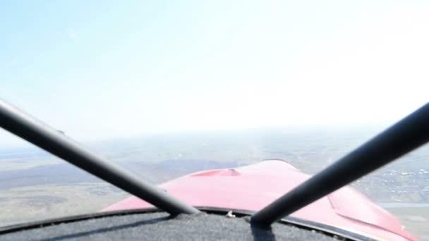 die Sicht aus dem Kabinenflugzeug während des Fluges. die Kamera im Cockpit