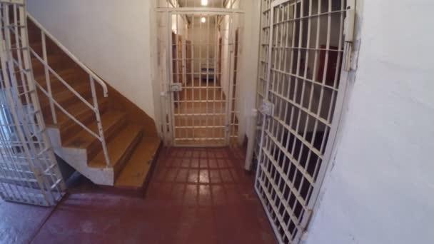 Přesun uvnitř věznice s bary, zámky a fotoaparáty