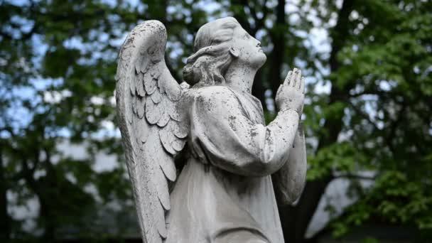 Alakja egy angyal a sírköve (emlékmű) a temetőben a háttérben a kék ég