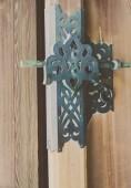 Staré dřevěné dveře ozdobit s mosaznými zpracovává v japonský chrám s Selektivní ostření