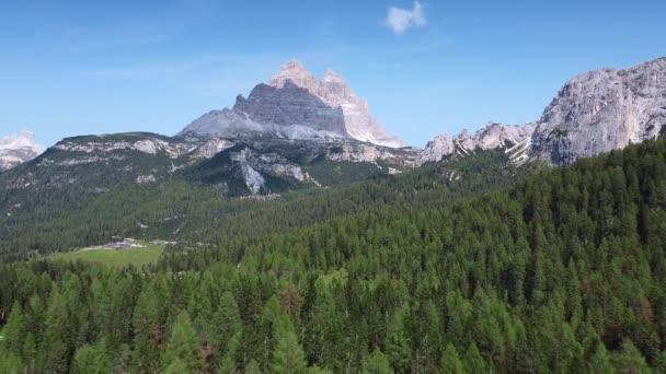 Letecký pohled na Tři vrcholy Lavareda. Dolomité v Itálii.