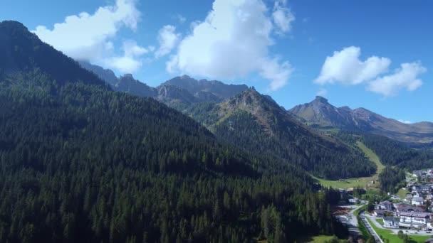 Lenyűgöző kilátás nyílik a hegyekben elrejtett völgyre.