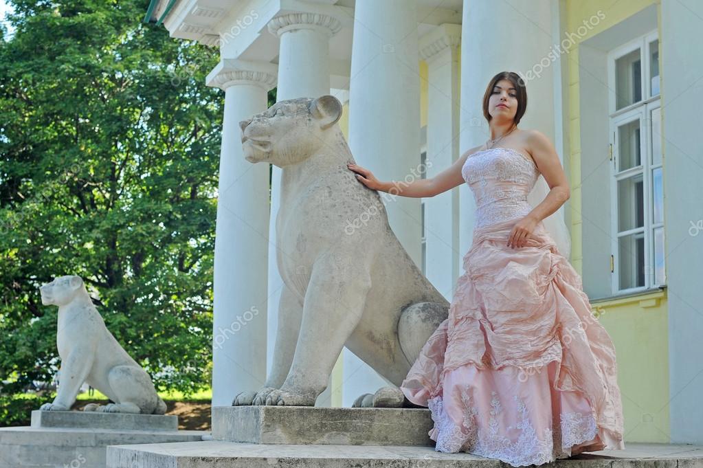 Garten, Mädchen in einem Garten, Sommer, Rosa Kleid, Adlige, Braut ...