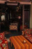 Rozkládací pohovky a stůl s orientálními ozdobami ve venkovní kavárně, Istanbul, Turecko