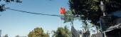 Červená tříbarevná vlajka s modrou oblohou na pozadí na ulici v Istanbulu, prapor