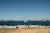 ISTANBUL, TURKEY - NOVEMBER 12, 2020: Nappal a tenger partján sétáló emberek