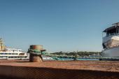 Kikötött hajó kötél Isztambulban, Törökországban