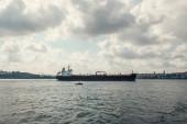 Nákladní loď na moři s oblačnou oblohou na pozadí, Istanbul, Turecko