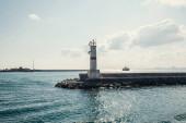 Maják na molu s mořem a oblohou v pozadí v Istanbulu, Turecko