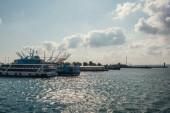 Ukotvené lodě na moři poblíž pobřeží v Istanbulu, Turecko