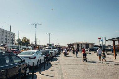 İSTANBUL, TURKEY - 12 Kasım 2020: Şehir caddesinde arabaların yanında yürüyen insanlar