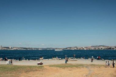İSTANBUL, TURKEY - 12 Kasım 2020: İnsanlar gündüz vakti deniz kıyısında yürüyorlar