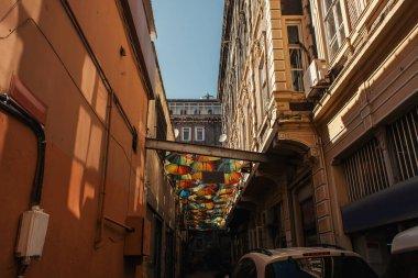 İstanbul, Türkiye 'de kent caddesi yakınlarındaki binaların renkli şemsiyeleri