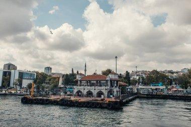 İSTANBUL, TÜRKEYE - 12 Kasım 2020: İstanbul, Türkiye 'de deniz kenarındaki setin üzerindeki binalar