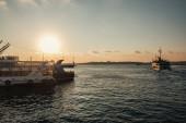 Lodě na moři se západem slunce na pozadí, Istanbul, Turecko