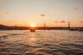 Scénický pohled na moře, most metra Zlatý roh a zapadající oblohu v Istanbulu, Turecko
