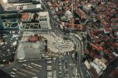 Letecký pohled na automobily a domy na ulicích Istanbulu, Turecko
