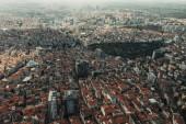 Letecký pohled na střechy budov a domů města Istanbul, Turecko