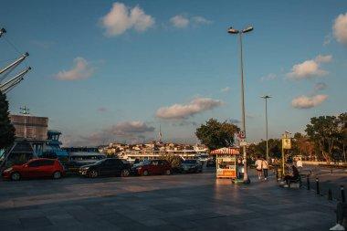 İSTANBUL, TURKEY - 12 Kasım 2020: Yol ve kaldırımlı Urban Caddesi