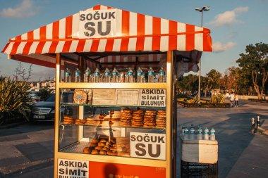 İSTANBUL, TURKEY - 12 Kasım 2020: Kentsel caddede simitler ve su ile imtiyaz standı