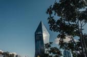 ISTANBUL TURKEY - NOVEMBER 12, 2020: high-tech multistorey épület felirattal és zöld fákkal az előtérben