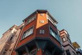 nízký úhel pohledu na červený dům s fretwork výzdobou v Balat Quarter, Istanbul, Turecko