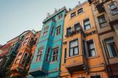 nízký úhel pohledu na barevné, zdobené domy v Balat Quarter, Istanbul, Turecko