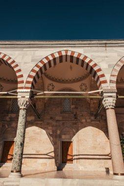 Mihrimah Sultan Camii 'nin iç avlusunda, madalyalı kemer ve sütunlarla, İstanbul ve Türkiye
