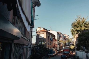 İSTANBUL, TURKEY - Kasım 12, 2020: Balat çeyreğinde araçları olan dar cadde