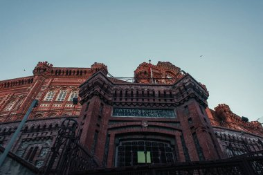 İSTANBUL, TURKEY - 12 Kasım 2020: Mavi gökyüzüne karşı Phanar Rum Ortodoks Koleji 'nin düşük açılı görüntüsü