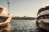 kotvící lodě a pohled na město z úžiny Bospor, Istanbul, Turecko