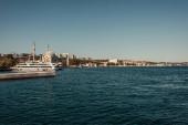 kilátás a tengerpartra kikötőhajókkal Isztambulban, Törökországban