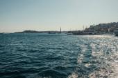 pohled na kotvící lodě a město z Bosphorského průlivu, Istanbul, Turecko