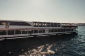 zakotvená turistická loď v Bosphorském průlivu, Istanbul, Turecko