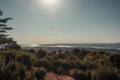 bezmračná, slunná obloha nad úžinou Bosporu a zelenými kopci