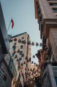 nízkoúhlý pohled na tradiční proutěné lucerny mezi domy v Balat, Istanbul, Turecko