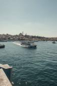 turistická loď plovoucí v Bosphorském průlivu, a pohled na nábřeží s kotvícími plavidly, Istanbul, Turecko