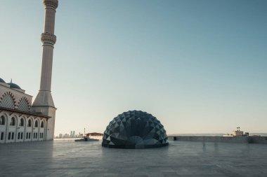 İSTANBUL, TURKEY - 12 Kasım 2020: Mihrimah Sultan Camii yakınlarındaki meydanda modern mimari yapı