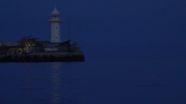 A krími Jalta kikötőjében működő világítótorony.